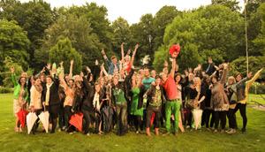 Glasperlenspiel tanzt im Regen und macht Werbung für Volvic